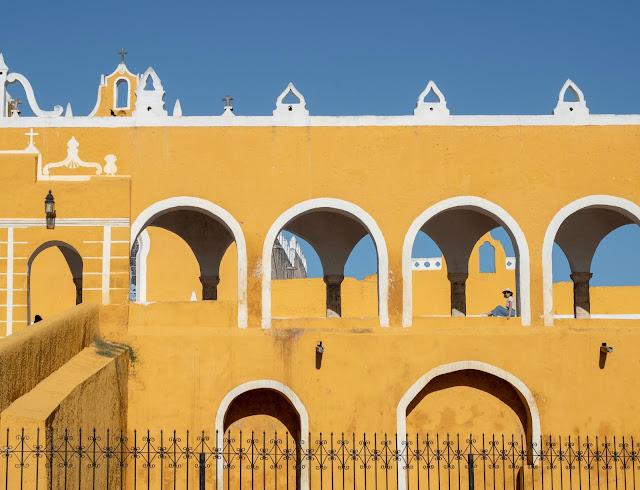 Detalle de los arcos del atrio del convento de San Bernardino en Izamal