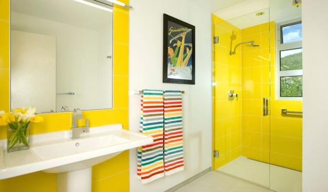 desain interior kamar mandi kuning