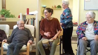 Terapeuta i usuaris en una sessió de musicoteràpia de l'Aviparc