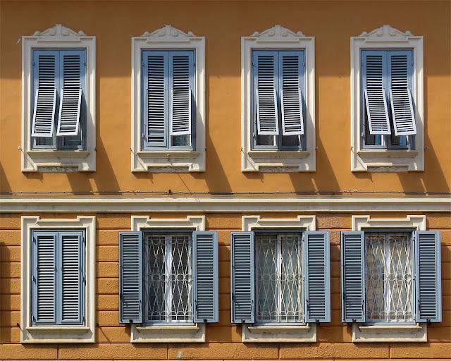 Otto finestre, viale Marconi, Livorno