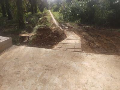 Berbekal swadaya masyarakat pemerintah Desa Bangun  jalan penghubung dua dusun