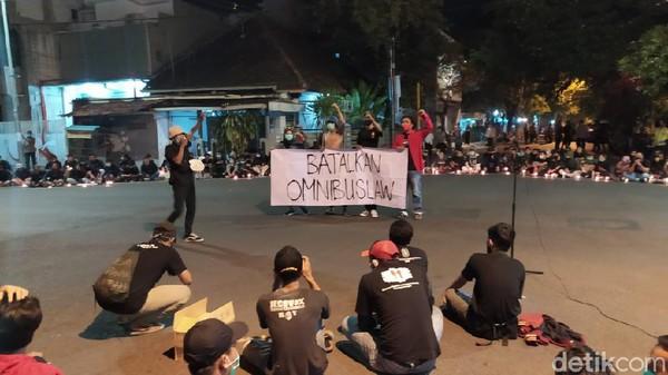 Tolak Omnibus Law, Mahasiswa Lamongan Aksi Teatrikal Hingga Nyalakan Lilin