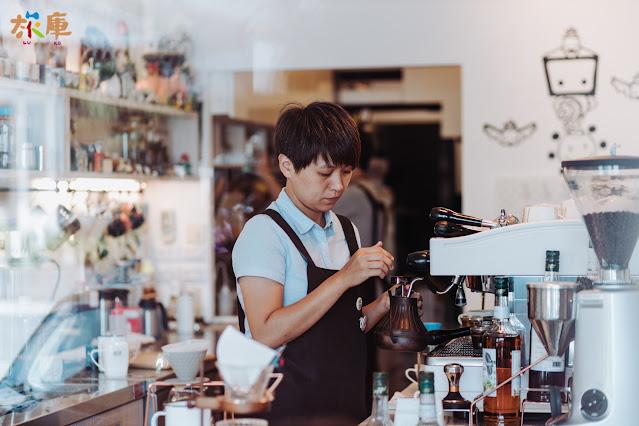 店長黃書萍專注的在手沖咖啡