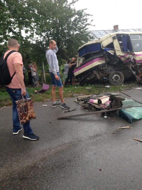 Автобус і фуру рвало на шматки від удару: перші кадри з місця масштабної аварії