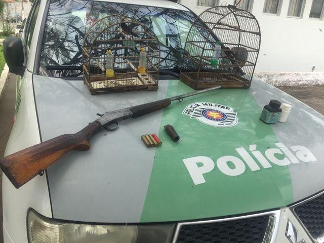 Policia Ambiental apreende arma de fogo, munições e pássaros silvestres em Barra do Turvo