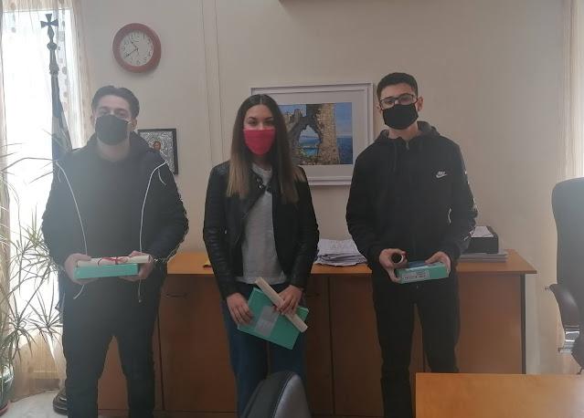Τους μαθητές που αρίστευσαν στις εισαγωγικές εξετάσεις των ανωτάτων σχολών βράβευσε σήμερα ο Δήμαρχος Πάργας Νίκος Ζαχαριάς σε μια διαφορετική τελετή, λόγω των μέτρων κατά της πανδημίας.