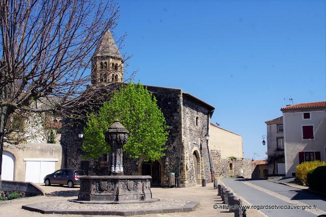 La place de l'ormeau et la fontaine de saint-Saturnin.