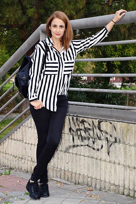 Outfit-blanco-negro-camisa-rayas-2