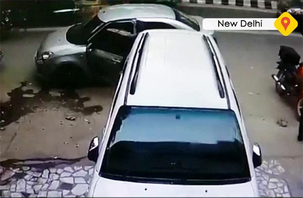 News, New Delhi, National, Top-Headlines, Petrol-pump, Hospital, Police, Investigation,petrol-pump-owner-shot-robbed-in-delhi's-malviya-nagar
