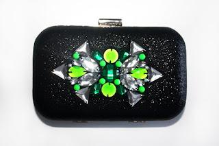 Clutch joya negro brillante con pedrería en tonos verdes