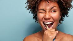 escovar os dentes com a mistura de óleo de coco