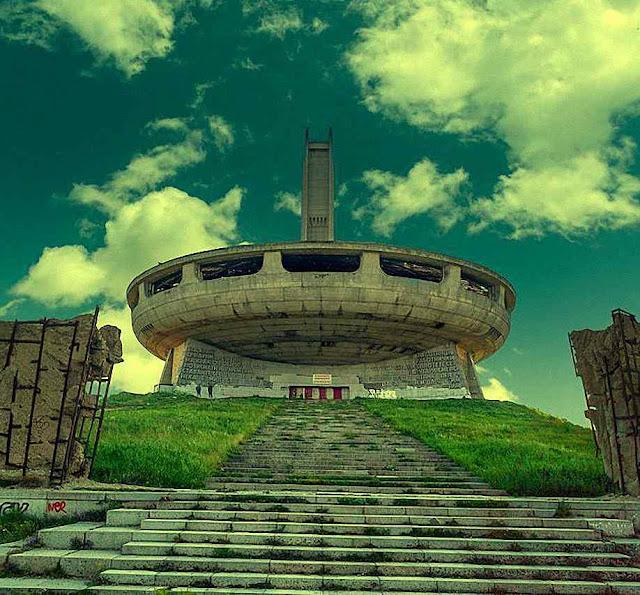 No 'OVNI comunista' prevalece uma arquitetura místico esotérica