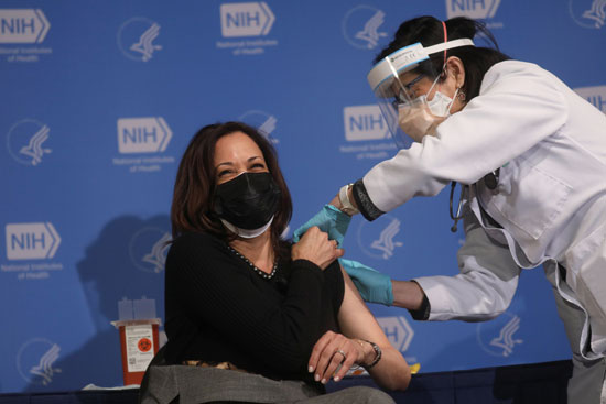 The US Vice President, Kamala Harris, received the second dose of the Corona vaccine ... and confirms: It is not painful.
