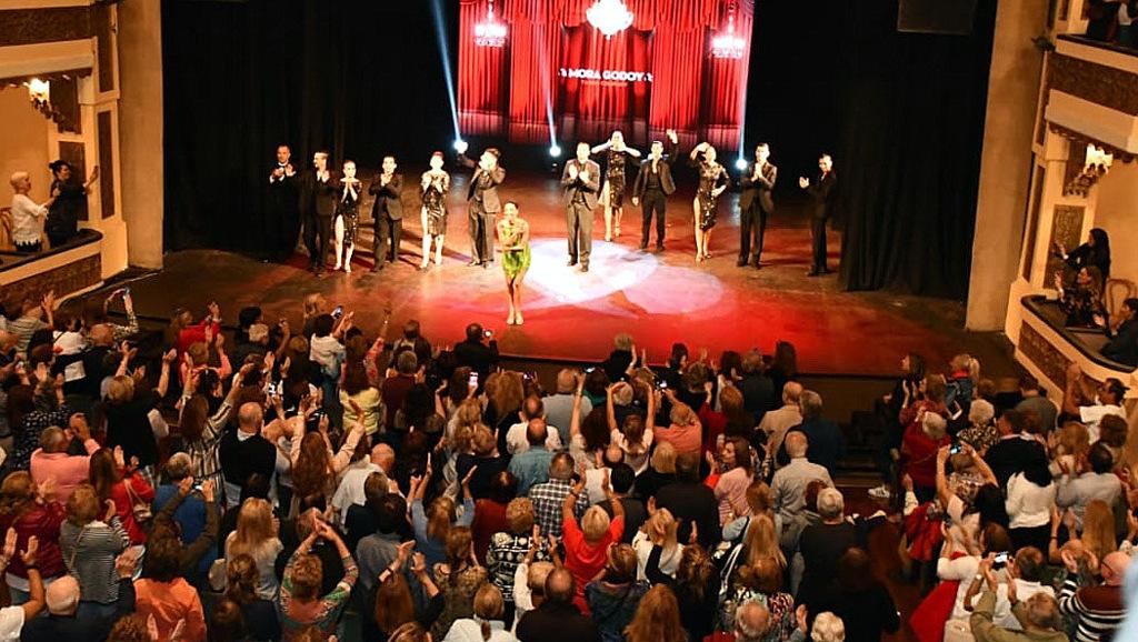 Mora Godoy llevó el tango a Mar del Plata y festejó a sala llena
