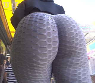 Preciosa mujer nalgas redondas leggins