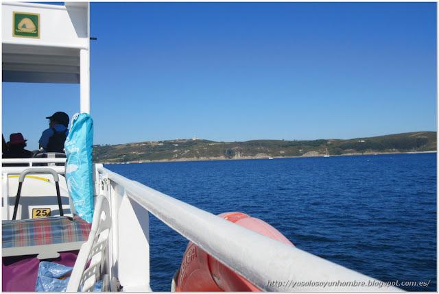 En barco acercándonos a la isla