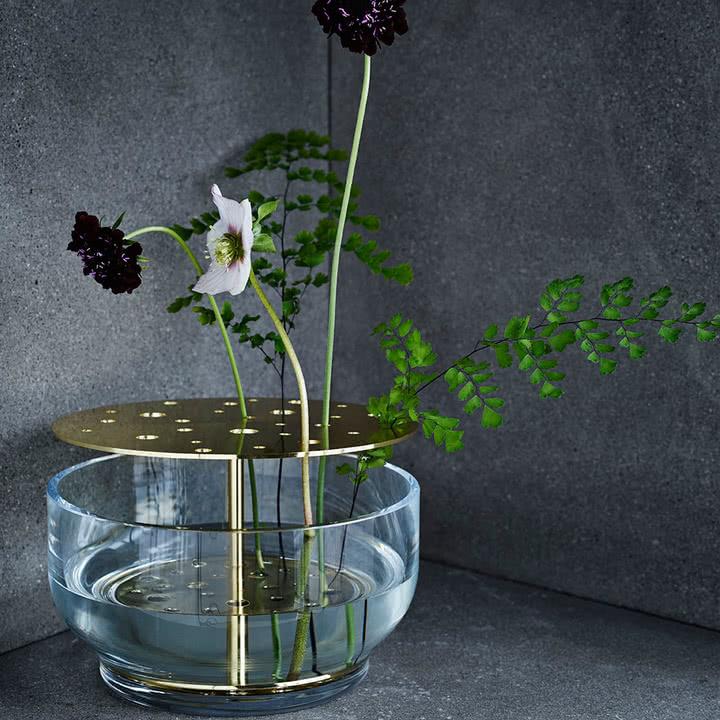 Waza z otworami na kwiaty i rośliny
