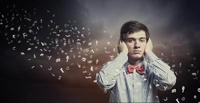 شخص يضع يديه على أذنيه ليتجاهل كلام الناس