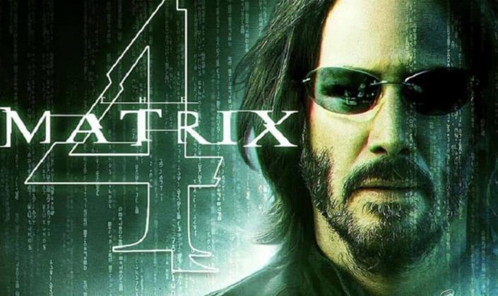 Imagem de capa: um fundo verde-escuro com várias linhas de código descendo e o logo de Matrix 4 em branco ao lado da imagem de Neo, intepretado por Keanu Reeves, um homem branco com cabelos longos pretos e barba e usando óculos escuros.