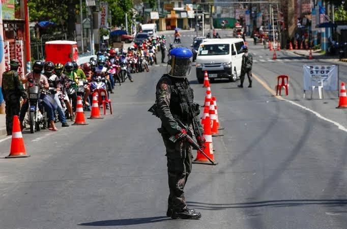 Hombre en Filipinas fue obligado a hacer sentadillas por romper la cuarentena y murió