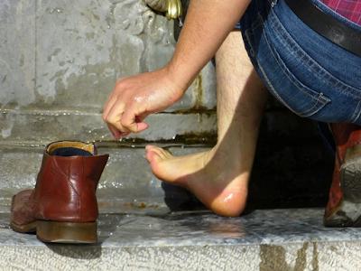 Peluang Bisnis Jasa Cuci Sepatu Kian Diminati Anak Muda