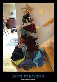 Árbol Navidad hecho con ropa sucia en piso estudiantes