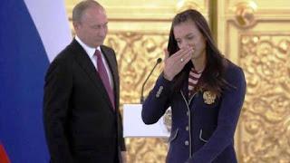 """""""Hemos pagado los errores de deportistas menos responsables, deportistas que violaron las reglas y hoy respondemos colectivamente"""", dijo la campeona olímpica antes de romper a llorar y ser consolada por el propio Putin."""