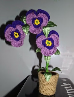 http://translate.googleusercontent.com/translate_c?depth=1&hl=es&rurl=translate.google.es&sl=en&tl=es&u=http://hollandmorrisdesigns.tumblr.com/post/85664137801/free-simple-potted-pansy-crochet-pattern-by&usg=ALkJrhiQWMdFKZX6dYArmafL6CyZPxHc6g