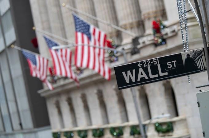 Las acciones alcanzan un máximo histórico, pero los rendimientos caen, el dólar está bajo presión