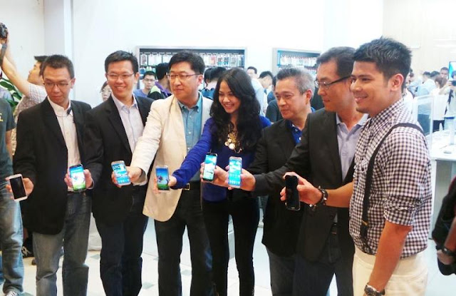 VIPs showcasing the all-new Samsung Galaxy S4 at the launch last weekend