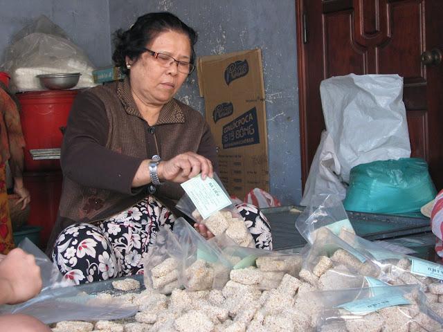 Ngẩn Ngơ Khám Phá Làng Bánh Khô Mè Cẩm Lệ Đà Nẵng