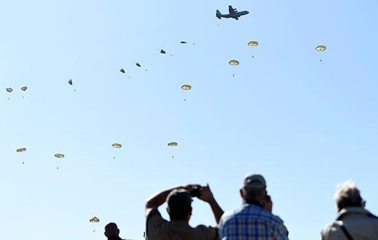 مئات المظليين يحلقون في سماء هولندا احتفالا بذكرى «مهمة فاشلة»