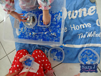 Arctic themed sensory play activity is so easy and so fun!
