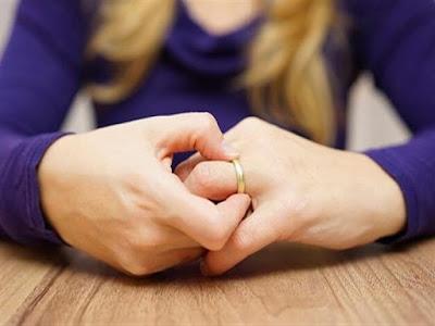 """ربة منزل تطلب الخلع: """"زوجي خدرني وخد توقيعي على 15 إيصال أمانة"""""""