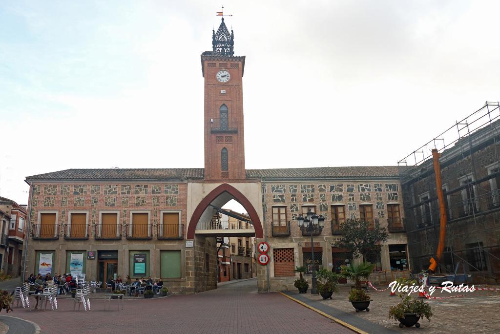 Plaza del Navarro y el Reloj de la Villa de Oropesa