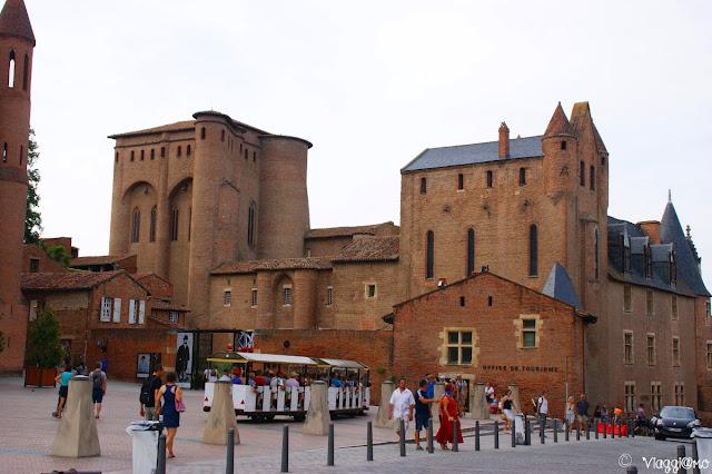 Palazzo della Berbie con vista sulla piazza ad Albi