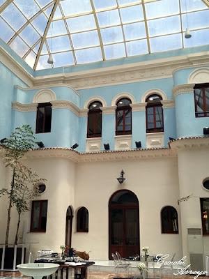 Precioso Patio Azul con aires mediterraneos que sirve de restaurante, Casino de Murcia