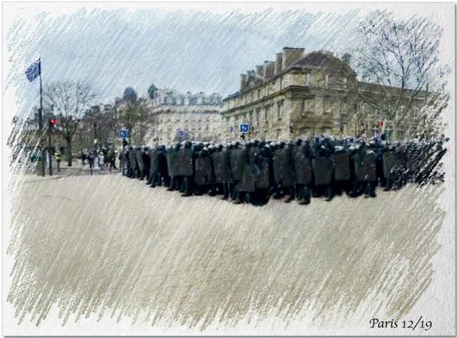 Buntstiftzeichnung: Absperrung durch die Polizei (ganz in Schwarz)