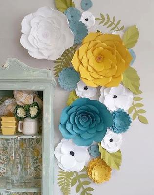 Adorno con flores de cartulina para el hogar