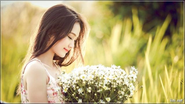 ảnh cô gái ngắm nhìn đóa hoa đẹp