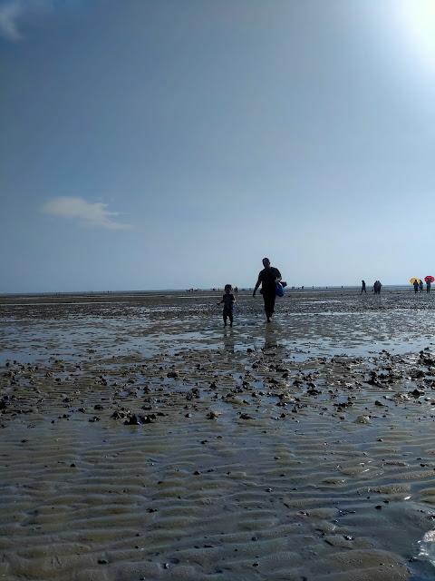 bayang anak ayah di tengah pantai morib berlumpur