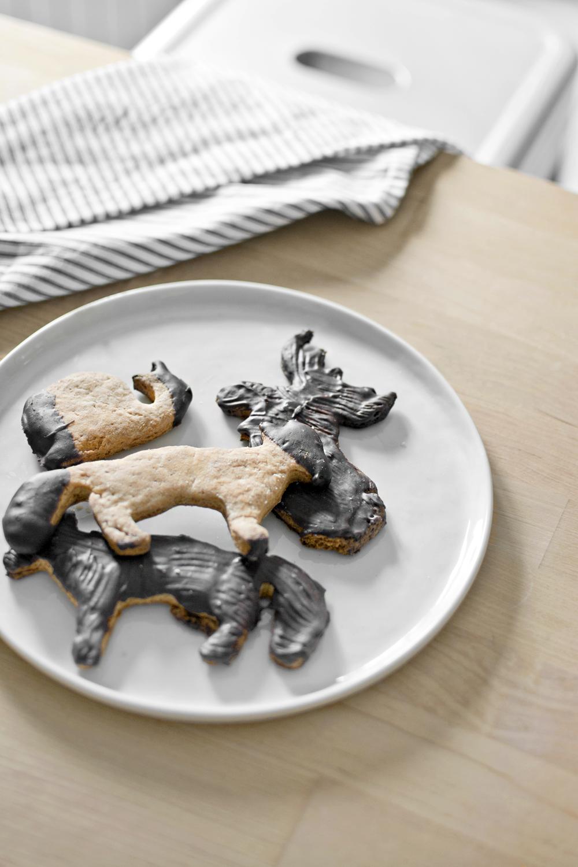 Easy recipe of Chocolat-dipped cookies / Receta fácil de galletas banañadas en chocolate