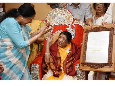 Lata-Mangeshkar-awarded-Swara-Mauli-Award