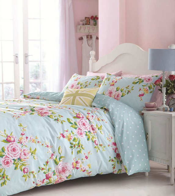 Shabby Chic Schlafzimmer Mit Rosa Wanden Und Weissen Holzmobeln