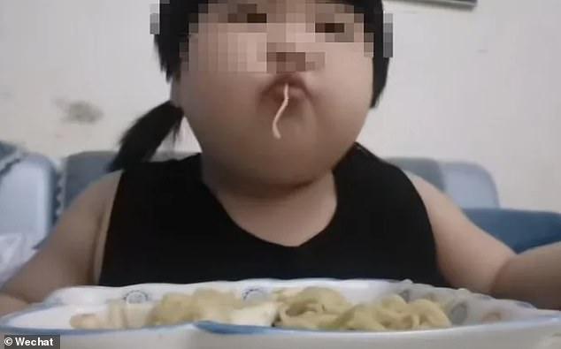 Ibu bapa paksa anak usia 3 tahun buat Mukbang dikecam netizen