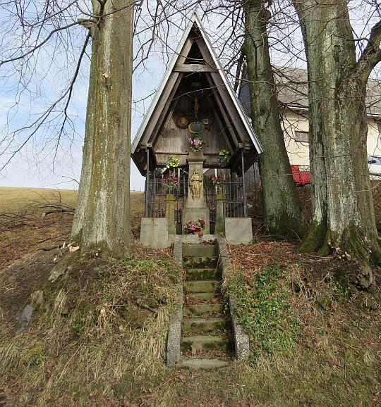 Kapliczka we wsi Bustryk.