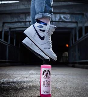 menyemprotkan cairan khusus sepatu - cara merawat sepatu kulit