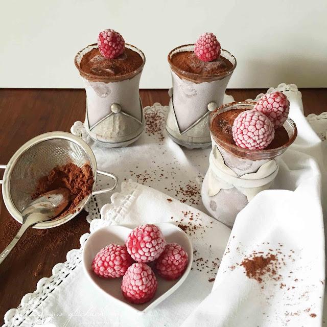 Halbgefrorenes Schokoladen-Avocado-Kokosmousse -  vegan