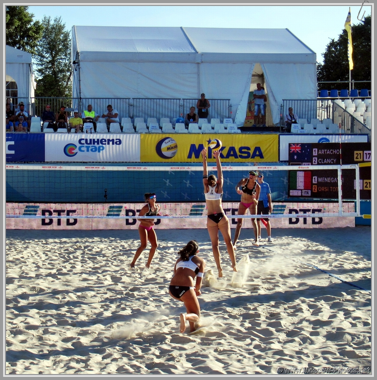Viktoria Orsi Toth, Marta Menegatti, Taliqua Clancy, Mariafe Artacho del Solar on the court