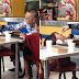 Isang lalaki pinakain ang tatlong bata at nagsalo-salo sa iisang lamesa
